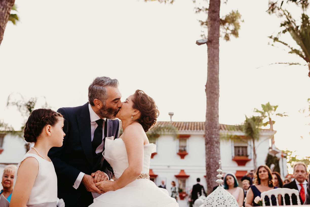 beso en boda civil