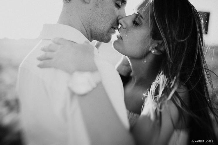 el beso del amor en blanco y negro